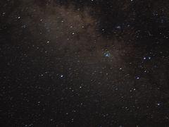 ●2019/7/31(水)  シュノーケリングツアーで(書くのも)疲れたので旅行記は夜から再開。(^_^;  夕飯を食べて、ゆんたくタイム。 20時にもなれば辺りは真っ暗。 (特別に街灯を消して貰ってます。なんてったって八重山は星空保護地区だからね。) 素敵な天の川が現れます。