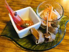 積丹半島の付け根、古平町のお寿司屋さん、港寿司さんにお邪魔しました。 ビブグルマンのお店です。 先付に甘エビの沖漬け、南蛮漬け、煮ツブが出て来ました。丁寧な仕事、美味い!