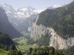 この崖からの滝はすごい眺めでした。 もっと近くで見たかった。
