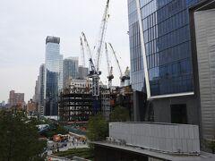 朝食後、地下鉄にのり、ハドゾンヤードへ。 ここも息子のリクエストです。  ハドソン川沿いに建設中の巨大プロジェクト。今年、商業施設やオフィス中心のイースタンヤードがオープンしたばかりです。 住居棟中心のウエスタンヤードは建設中。