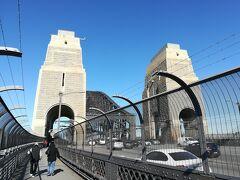 実はハーバーブリッジは無料で歩いて渡ることができます。 橋の上から写真を撮るべく、早速移動することに。