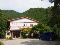 そこから10分くらいで本日の宿に到着。 上湯温泉神湯荘です。 宿の手前にかなり急な上り坂。 周りには何もないです。