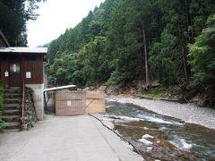 暗くなる前に川の所にある温泉に入りに来た。 ここは神湯荘の宿泊客は無料で入れます。 男湯は右の衝立みたいなところの裏が脱衣所。 階段を上がったところが女湯です。