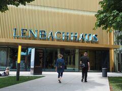レンバッハハウス美術館の玄関です。昨年、都内の三菱一号館であった「フィリップス・コレクション」で初めてカンディンスキーやマルクを観ましたが、あまり興味が持てず。。  「どーも、「青騎士」とかってあまり興味が持てないけどーー」などと思いながら来たのですが、来てみたら、見応えがあってとっても充実した美術館でした。この後行ったアルテピナコークよりもワクワクしたかも。  ウィキペディアより:「青騎士」とは、1912年にヴァシリー・カンディンスキーとフランツ・マルクが創刊した綜合的な芸術年刊誌の名前であり、またミュンヘンにおいて1911年12月に集まった主として表現主義画家たちによる、ゆるやかな結束の芸術家サークル。