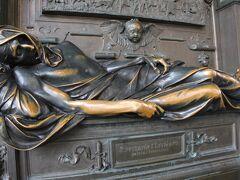 セルクラースの像。 見ていると優しい気分になれる不思議な像でした。