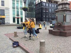 市庁舎広場 Town Hall Square を通ると若い女の人3人が歌っていました。