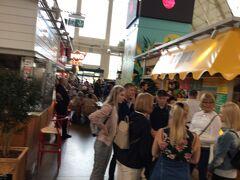 中央市場には肉や魚など広い建物に色々あり、 少し見て外に出て皆んなが出てくるのを待っていた。