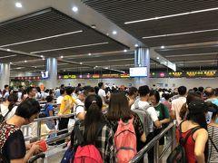 空港からバスに乗って關閘へ。 香港の混乱のため、多くの中国人観光客はマカオを訪れており、出国審査は長蛇の列。 それでもマカオ側の手続きはスムーズなので、意外と早く通過できます。