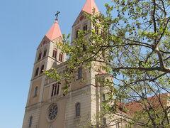 <青島> 聖ミカエル大聖堂、通称、青島天主教堂。1934年竣工、文化大革命で破壊され、1981年に修復、さらに2013年にも修復され新しいゴシック建築の教会。入場料10元。広場では、平日の朝から、ウエディング用の写真撮影が盛んです。