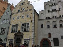 聖母受難教会を東に折れてマザーピルス通りを7-80m進むと 三人兄弟がありました。 仲良く並んだ建物の右の建物が15世紀、左と中の建物が17 世紀の建築で、 今は建築博物館ですがツアーでは中には入りませんでした。