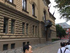 聖ヤコブ教会の北側には国会議事堂 (サエイマ ビル)がありました。 この付近には国の機関がいくつかありました。 議事堂と教会の間の道を東に進み、Troksnu ielaからスウェーデン門に出ます。