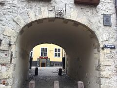 狭い Troksnu iela になった所でスウェーデン門に突き当たり抜けて行きます。