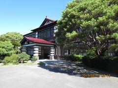 昭和10年に建てられた日本最大の木造2階建ての校舎で、 国の登録有形文化財に登録されている 「旧明倫小学校校舎本館」  全国屈指の規模を誇った萩藩の教育や 人材育成の中枢を担った「萩藩校明倫館」の跡地に建ち、 平成26年3月まで授業が行われていました。