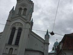 ドーマ広場から英国国教会を左に見て北に行き 聖母受難教会 Our Lady of Sorrows Church から東のマザーピルス通りに曲がって行きました。 聖母受難教会の白に空色の塔も美しいです。