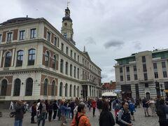 左の建物が市庁舎で、ブラックヘッドハウスも市庁舎広場に面しています。 市庁舎の前の騎士の像の前では若い女性3人が歌っていました。 3階建てで、中央に塔がありますが、建物はブラックヘッドの館に比べると随分地味です。