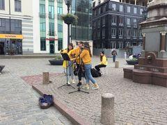 市庁舎広場から観光をスタートします。 可愛い女の子が3人歌っていました。 ギターか何かを弾いていました。 この広場には市庁舎とブラックヘッドハウスが面しています。