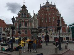 市庁舎広場に面しており、騎士の像が前にあるブラックヘッドの会館です。 前から見ると建物はどうなっているんだろう?と思えます。 時計があったり、彫刻がしてあり外見からは魅力的な建物です。 この館は未婚商人による友愛会の会館だそうです。