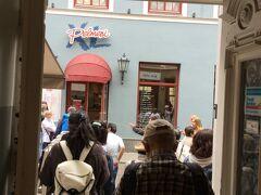 スカールニュ通りから東西に走っているKalku ielaに行くと XL ペルメニ (Kalku店)とブラックマジックなどのレストランがありました。 ペルメニはファーストフード店でロシア風のラビオリも食べれるらしい。 TGI Fridays ハンバーガー店も近くにあった。