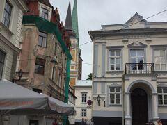 マザー ピルス通り Maza Pils Street から見た St. Mary Magdalene Roman Catholic Church と聖ヤコブ教会です。