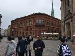 ドーマ広場は石畳でできています。 正面の建物は旧証券取引所で、今は Art Museum RIGA BOURSE となっています。