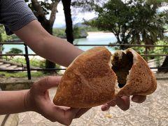 ●グルメ3 トミーのパン  川平湾の木陰で購入したパンを食べます。  人気があるカレーパン。スパイシーで美味しい!! デカイ!中身がぎっしり! 当然、二人でシェアです。(^_^;)