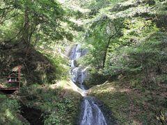 滝は思ったより水量が少なくて、マイナスイオンは感じませんでした。