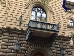 聖ヤコブ教会の道の前には 国会議事堂 (サエイマ ビル) Saeima がありました。 4階建ての立派な建物で、玄関には国旗を掲揚していました。