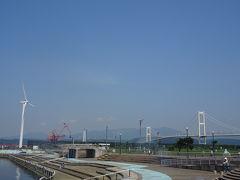 その後は道の駅みたら室蘭に寄りました。 白鳥大橋と風車をバックに。