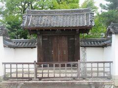 ホテルのあたりは歴史的な建造物も多い場所でした。  旧崇廣堂の門です。
