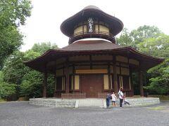 俳聖殿。  松尾芭蕉生誕300年を記念する建築物で、1942年に建設されたものです。 松尾芭蕉の旅の姿を模した建物とのこと。  等身大の伊賀焼の芭蕉さんが中にいるそうですが、この日はオープンしていませんでした。