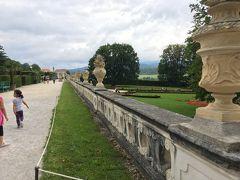 歩いて城の上にある庭園へ