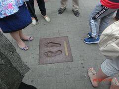 ドーマ広場には足の型がありました。 誰の足型か忘れました。