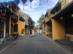 遅い昼食も終え空腹も落ち着いたのて、街を散策しよう。 壁の色を黄色に統一させてるんだ。一瞬、松崎(静岡県)の街並みが脳裏に浮かぶ。 おぉ、よく見ると電線のない街だ。これも好きな街の条件。