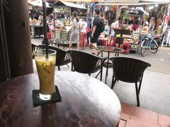 ちょっと歩き疲れたので、カフェで休憩。アイスコーヒーで一息。デフォルトで甘いけど、ほどよい甘さ。
