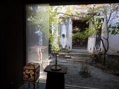 古民家を改装した店内。 目に映る中庭の風景は涼しげだけど、外は激暑…。