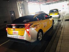 タクシー乗り場で、タクシードライバーに行きたい場所を伝えて、チャーターの交渉!!「相場は4時間 TW$2,000 ~ 2,500らしいからそのあたりで交渉してみるわ」と。 数分後・・・交渉成立!!頼もしい友と一緒で良かったです。^^