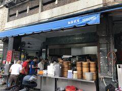 朝5:30~開いている、天津苟不理湯包(信義街無名湯包、ティエンジングォウブーリータンバオ、Tian Jin Guo Bu Li Steamed Dumpling)へ。 google Map の誘導のもと、スマホを回転させながら?!なんとか到着。 看板はないとあったけど、ほんまどこにも見当たりませんでした。