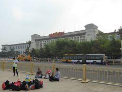 建物は中国国家博物館。ちなみに、手前に座っている人たちは、毛首席紀念堂に見学に入ったツアー客の手荷物を見張っている人たち。こういう人たちが一杯います。