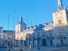 また王宮にむかって歩いていくと旧市庁舎が建つビリャ広場