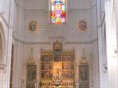 隣のアルムデナ大聖堂へ ステンドグラスなどほんとに素敵です。