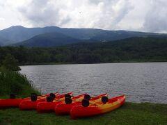 これがバラギ湖です。  周囲2kmほどだそうですが、このバラギって何語?と思いましたが、実は茨木山(バラギ山)の麓にある湖なので茨木湖と書くようです。  しかし、地図にもカタカナ表記になっていますので、バラギ湖が正式名称のようです。