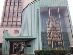 バスに数分乗り、ねぶり流し館へ。  20分おきに出ている周遊バス(どこへ行っても100円)がおススメ。秋田駅の観光案内所で教えてもらえます。  歩くと20分かかるし雨の中、迷うと大変。