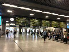朝早かったので、席もすいてるし、喋ってたらあっという間にブリュッセル南駅。 ここまで1時間ぐらいです。  電光掲示版みて次の電車はと…友人が「…え。ない。」  え!?  乗るはずだった電車が見つからずプチパニック。 駅員に聞いてくると言った友人を見てると急に手招き&ダッシュ。笑 もうすぐ出る電車に乗れるとのことで、エスカレーター駆け上がり、無事乗り込めました。笑  やっぱり欧州の電車苦手(´-д-)-3