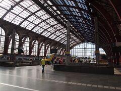 電車に揺られて1時間。 アントワープ中央駅に到着! きれいな駅です。  不思議…線路が3階?建て。