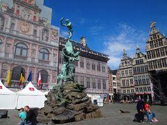 ベルギーに伝わる伝説に登場する巨人のローマの戦士 「ブラボー」の像。  市民を困らせていた巨人を倒したときを表していますが、足元には巨人の死体が(゚ロ゚;)