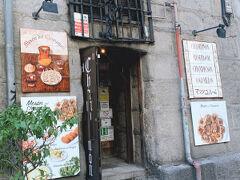 お店の入り口。サンミゲル市場のマヨール広場側の道を南にいくとすぐあります。