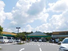 中軽井沢の「ツルヤ」に寄って、滞在中の食材を買います。 ここは別荘族の御用達の店ですね。 駐車場に泊まってる車の半分以上は県外ナンバーで、 その半分くらいは外車です。