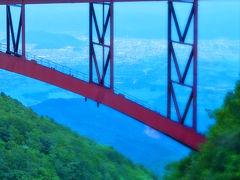 不動沢橋の向こうには、福島市街の風景が!ちょうどバイカーが通り過ぎました。ナイスタイミング!