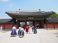 コスプレ軍団に着いて行く形で、宮殿の奥へ、日本人も韓服着ている人見かけます。 まぁ京都で着物着てるのも、舞子はんと外国人観光客位だから、似たようなもんか。
