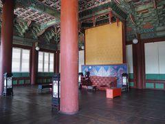 他、建物は似たような感じなので、中に展示されているものベースにサラッと説明。 こちらは宣政殿(ソンジョンジョン)と呼ばれる建物で、王が日常的な政務を行っていた場所。